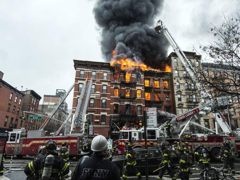 Edifício localizado na Segunda Avenida em East Village, Nova York, desabou parcialmente após ser atingido por uma explosão e um incêndio - 25/03/2015