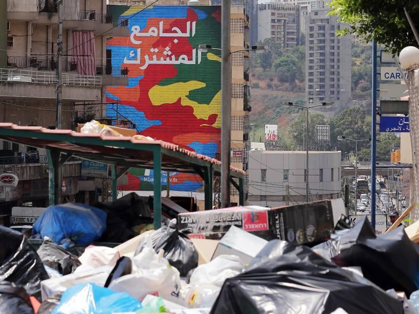 Montanha de lixo acumulado em uma rua da cidade de Beirute. Toneladas de lixo ocupam as ruas  da capital libanesa após moradores bloquearem o acesso à entrada de Naameh, o maior aterro sanitário do país - 27/07/2015