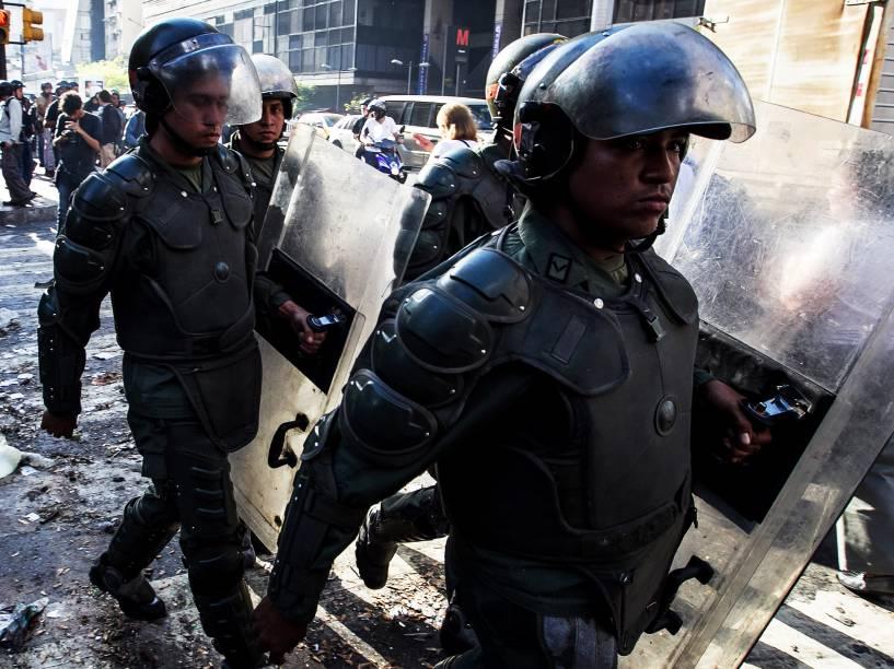 Membros da Polícia Nacional Bolivariana retiram barricadas durante manifestação pelo aniversário da prisão do líder da oposição Leopoldo López em Caracas - 18/02/2015