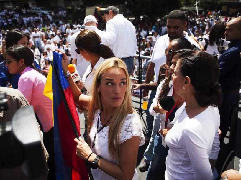 Lilian Tintori (c), esposa do líder da oposição, Leopoldo López, participa das manifestações pelo aniversário de um ano de prisão de seu marido, em Caracas - 18/02/2015