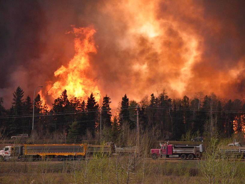 Incêndio florestal visto na província canadense de Alberta, no Canadá. A cidade de Fort McMurray foi completamente evacuada - 04/05/2016