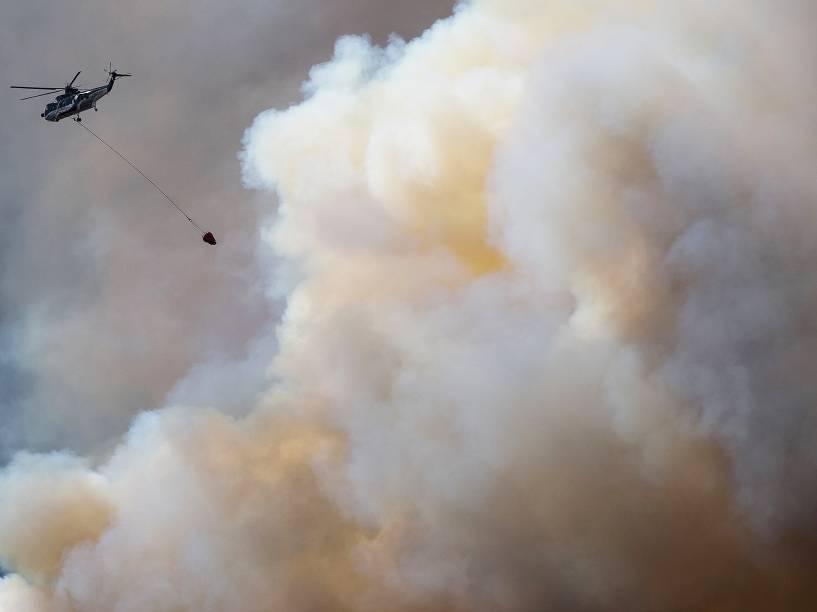 Helicóptero sobrevoa fumaça provocada pelo incêndio florestal, que atingiu às proximidades da cidade de Fort McMurray, no Canadá. Todos os moradores de cidade foram evacuados da região - 04/05/2016