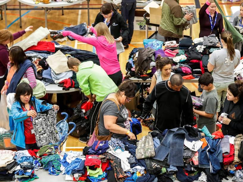Os evacuados da cidade de Fort McMurray, no Canadá, estão sendo levados para a academia Bold Center, na aldeia de Alberta. Voluntários estão recebendo doações de roupas e alimentos, diariamente - 05/05/2016