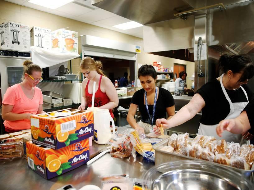 Voluntários preparam refeições na academia Bold Center, na aldeia de Alberta, para os evacuados da cidade de Fort McMurray, no Canadá, devido ao incêndio que atingiu às proximidades do município - 05/05/2016