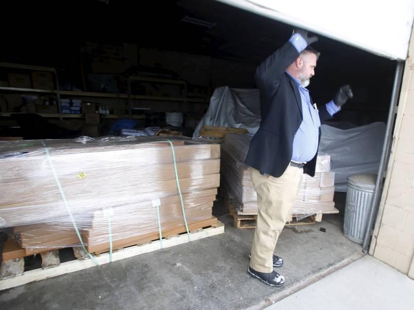 Jason Patrick, um dos fazendeiros que lidera o grupo armado que ocupa o parque no Estado do Oregon, abre a porta de uma garagem que funciona como depósito de suprimentos