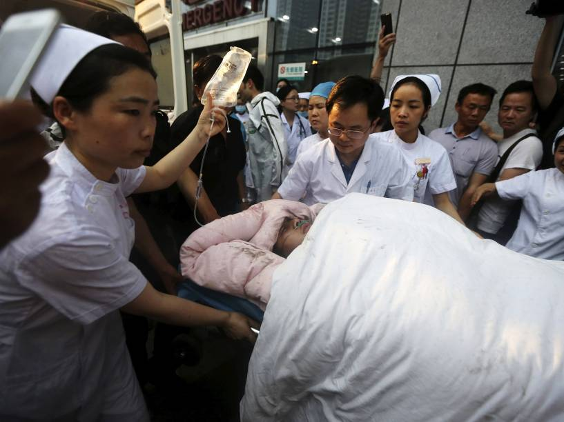 Marinheiro ferido é levado às pressas para um hospital em Jingzhou, na província de Hubei, após naufrágio no rio Yang Tsé, na China - 02/06/2015
