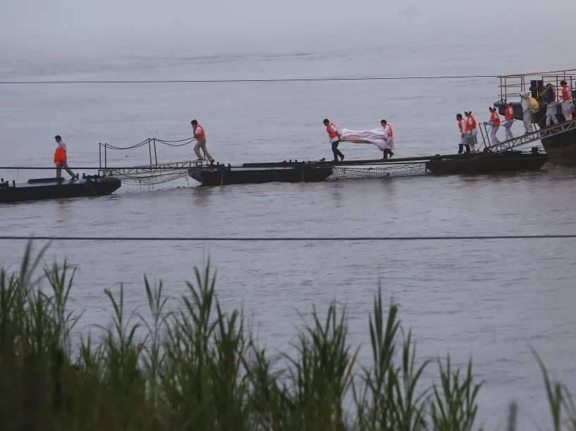 Equipes de resgate retiram um corpo perto de navio naufragado no rio Yang Tsé, na China - 02/06/2015