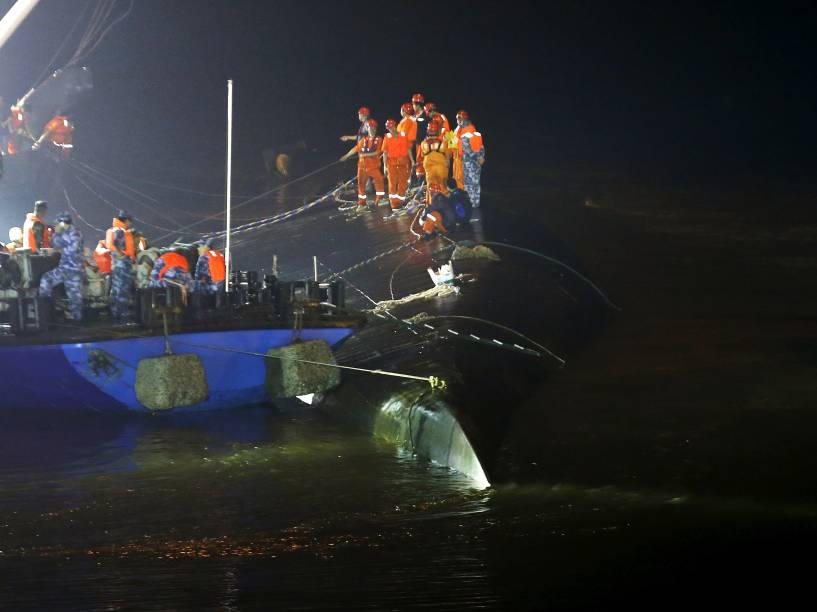 Equipes de resgate trabalham em torno do navio naufragado no rio Yang Tsé, na província de Hubei, na China - 02/06/2015