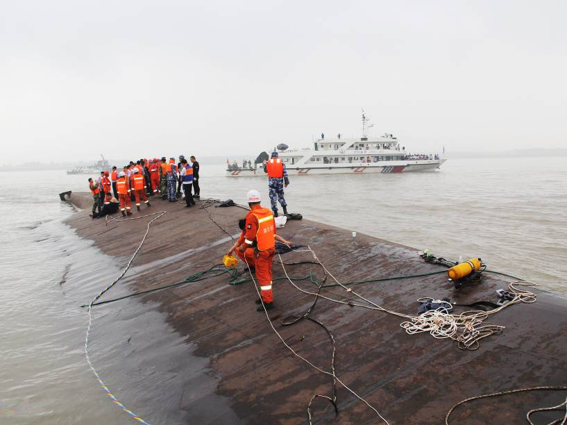 Navio naufraga no rio Yang Tsé, na China - 02/06/2015