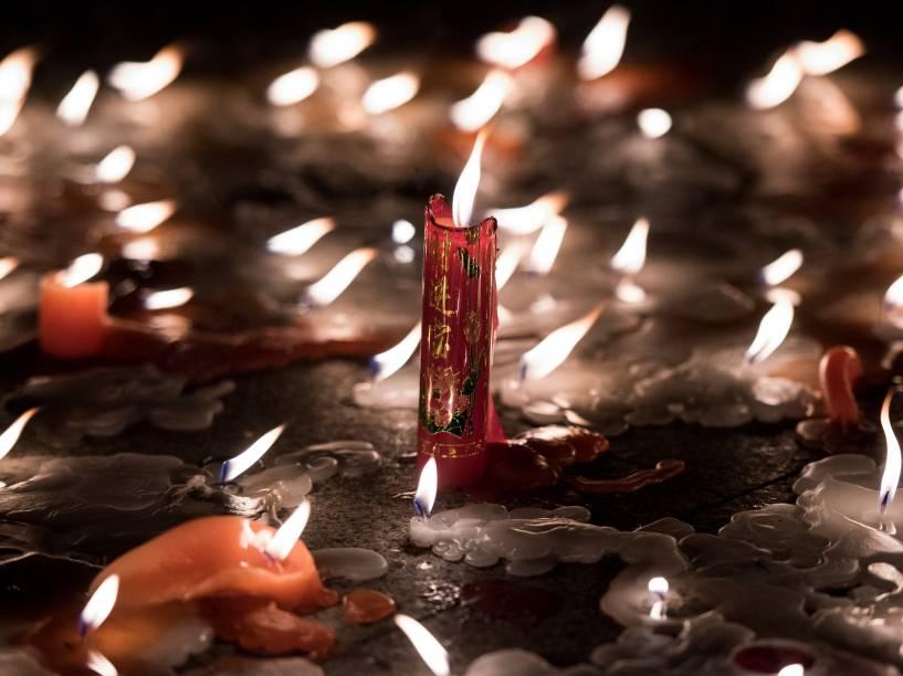 Velas queimam durante vigília em homenagem às vítimas do naufrágio, na província de Hubei, China