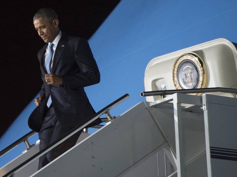 O presidente dos Estados Unidos, Barack Obama, desembarca do Air Force One em sua chegada ao Aeroporto Internacional Kenyatta, em Nairóbi, no Quênia - 24/07/2015