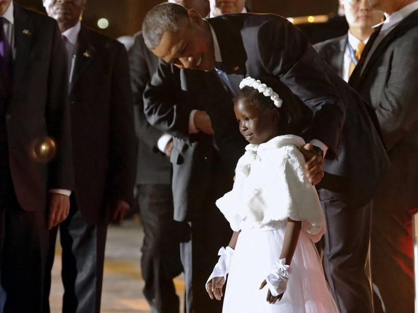 O presidente dos Estados Unidos, Barack Obama, abraça uma criança em sua chegada ao Aeroporto Internacional Kenyatta, em Nairóbi, no Quênia - 24/07/2015