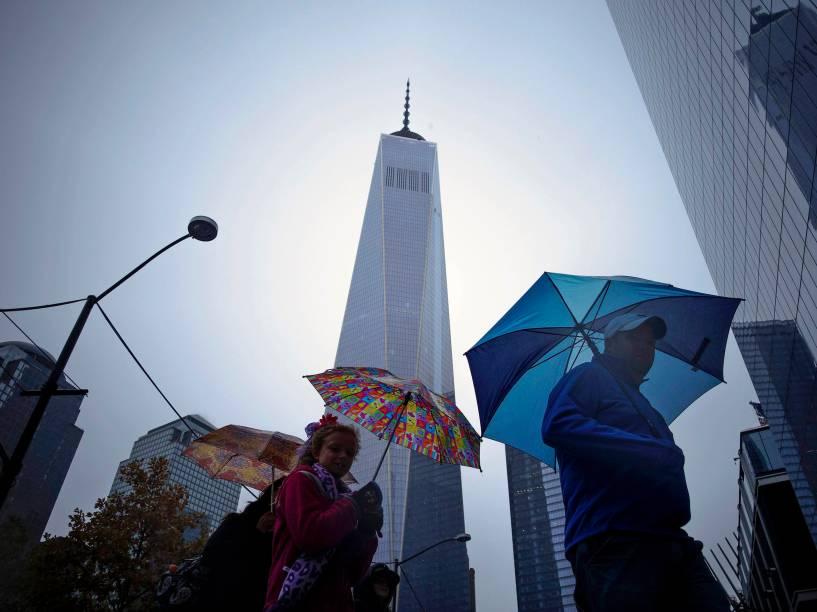 Pedestres caminham em frente ao One World Trade Center, reinaugurado após treze anos do atentado terrorista de 11 de setembro - 01/11/2014