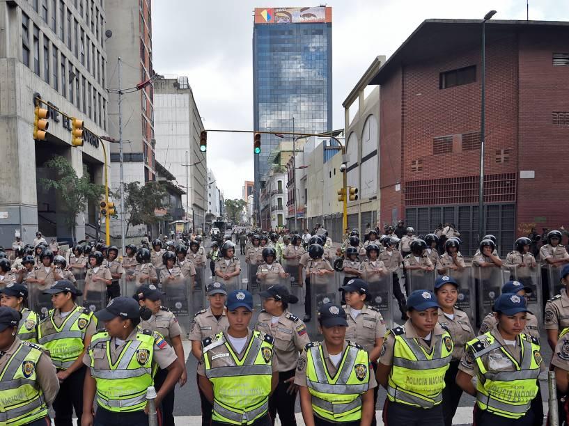 Policiais fazem a segurança no entorno da Assembleia Nacional, em Caracas durante cerimônia de posse dos novos deputados venezuelanos - 05/01/2016