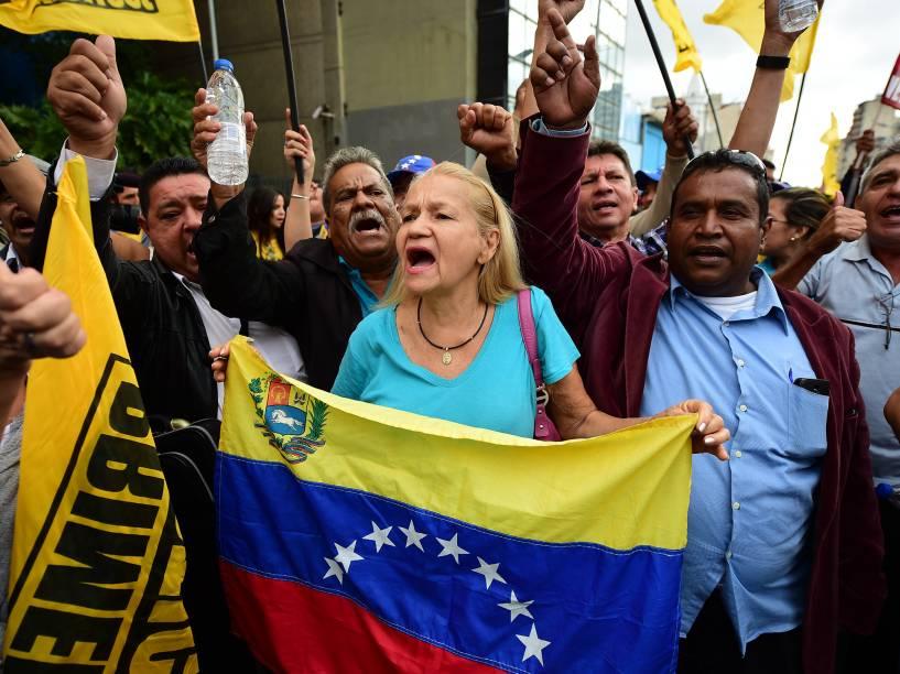 Grupo faz manifestação em apoio aos deputados oposicionistas do lado de fora da Assembleia Nacional em Caracas, na Venezuela - 05/01/2016