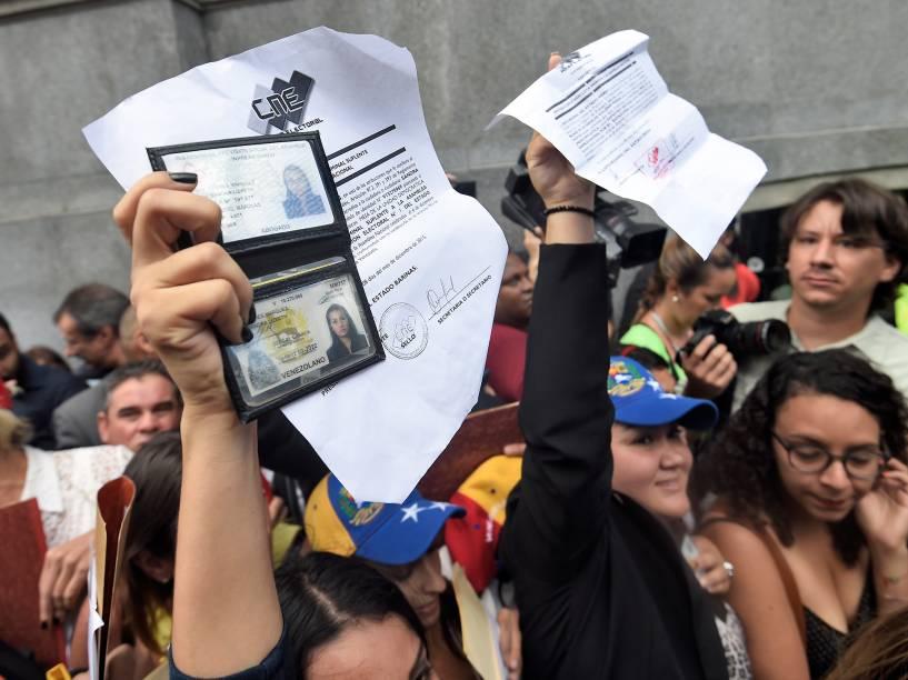 Grupo de deputados da oposição venezuelana chegam para a cerimônia de posse no parlamento em Caracas - 05/01/2016