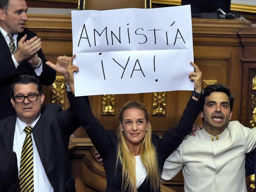 Lilian Tintori, mulher do político opositor preso Leopoldo López segura um cartaz pedindo a anistia imediata aos prisioneiros políticos durante cerimônia de posse no parlamento venezuelano em Caracas - 05/01/2016
