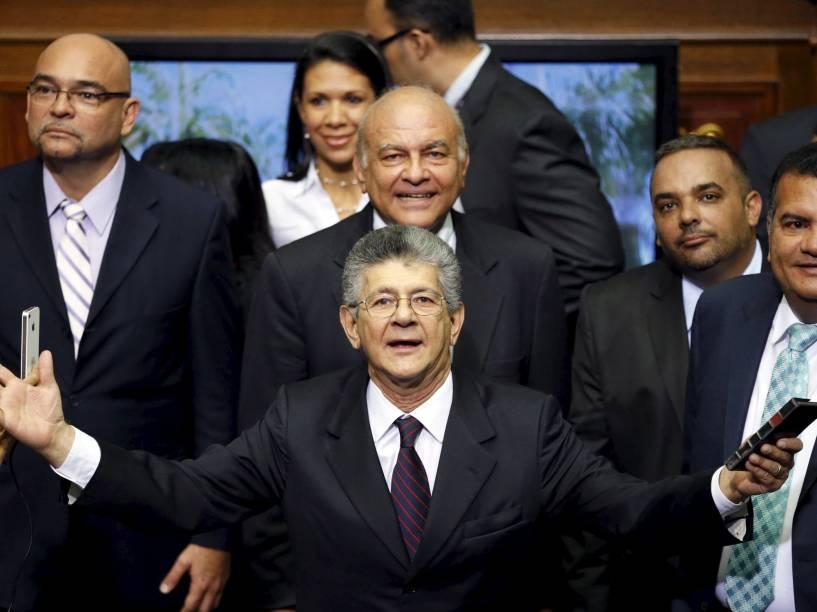 Henry Ramos Allup (centro), deputado da coligação dos partidos da oposição venezuelana (MUD), antes do início da sessão na Assembleia Nacional, em Caracas - 05/01/2016
