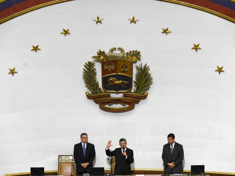O novo presidente do Parlamento venezuelano, Henry Ramos Allup (centro), ladeado pelo primeiro vice-presidente Enrique Marquez (à esq.) e segundo vice-presidente Simon Calzadilla durante cerimônia de posse em Caracas - 05/01/2016