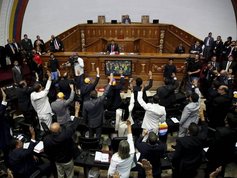 Deputados venezuelanos tomam posse na Assembleia Nacional em Caracas