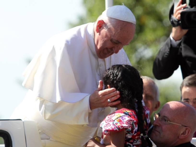 Papa Francisco abençoa uma menina chamada Sophie, depois dela ter ultrapassado a barreira de segurança e correr em direção ao pontífice durante a passagem do papamóvel em Washington, Estados Unidos - 23/09/2015