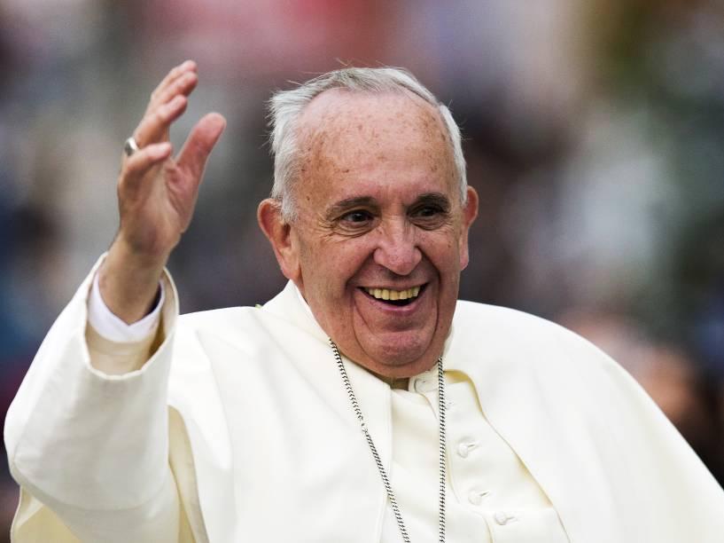 Papa Francisco saúda os fiéis enquanto desfila com papamóvel pelas ruas de Quito, no Equador - 05/07/2015