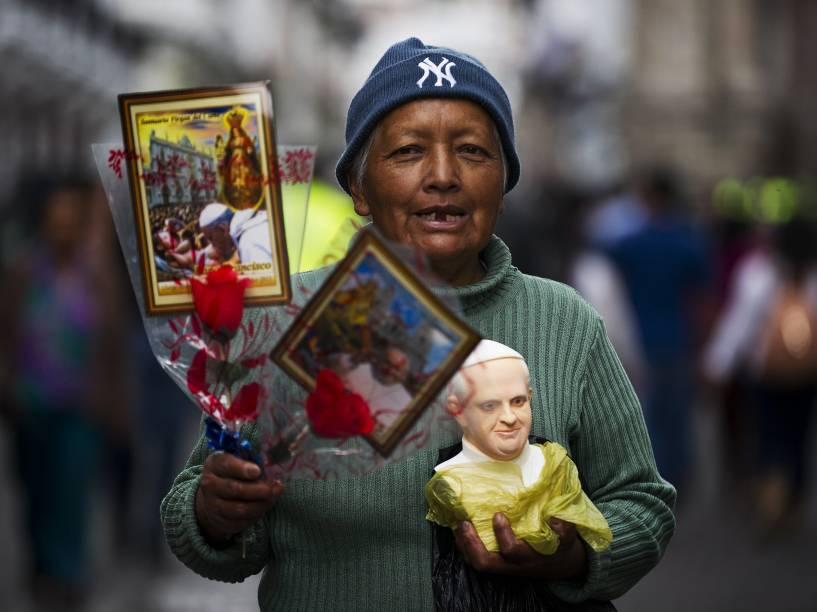 Mulher vende objetos com a imagem do Papa Francisco em Quito, Equador. O líder da Igreja Católica visita o país e ainda deve passar por Bolívia e Paraguai - 06/07/2015