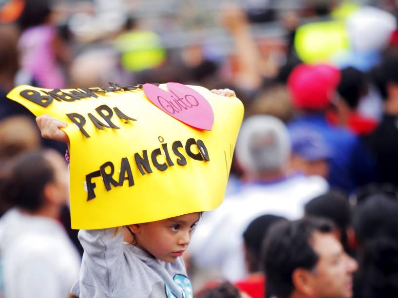 Fiéis saúdam o papa Francisco na chegada do pontífice à cidade de Quito, no Equador - 05/07/2015