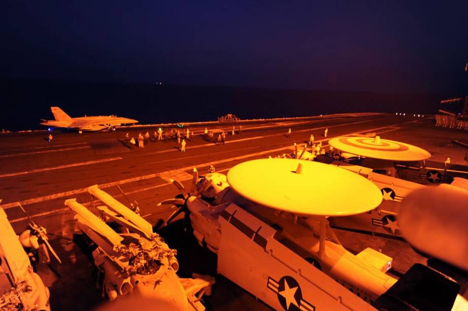 Caças norte-americanos posicionados no porta-aviões George H.W. Bush se preparam para realizar missões no Golfo Pérsico em combate ao Estado Islâmico - 23/09/2014
