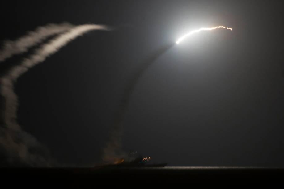 Imagem divulgada pelo Departamento de Defesa dos Estados Unidos, mostra míssel sendo lançado do porta-aviões USS George H.W. Bush em direção ao Golfo Árabe - 23/09/2014