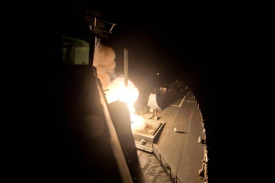 Míssel contra o Estado Islâmico é lançado do porta-aviões George H.W. Bush - 23/09/2014