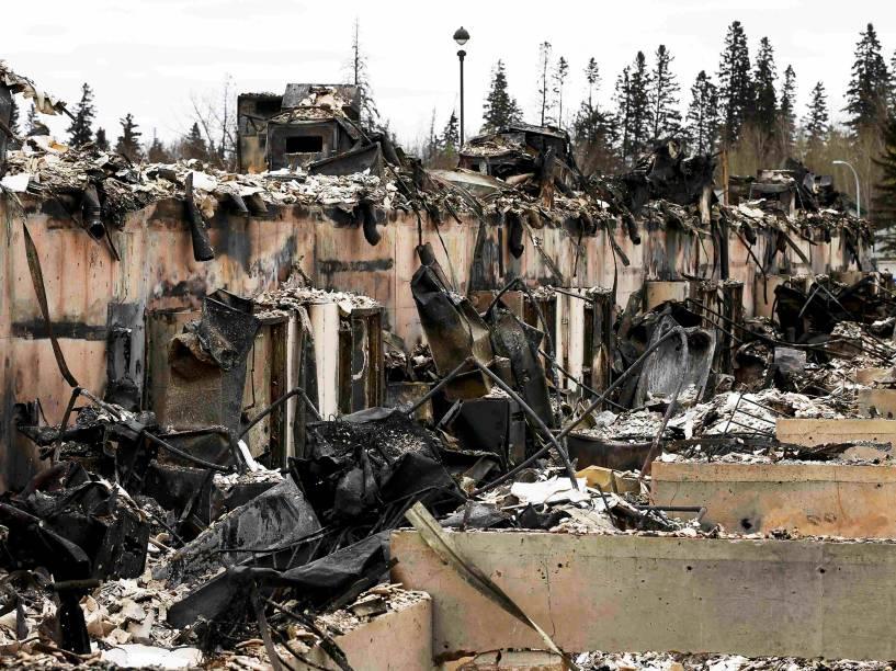 Residências totalmente queimadas no bairro de Abasand, em Fort McMurray, no Canadá, após o grande incêndio que devastou a região nos últimos dias - 10/05/2016