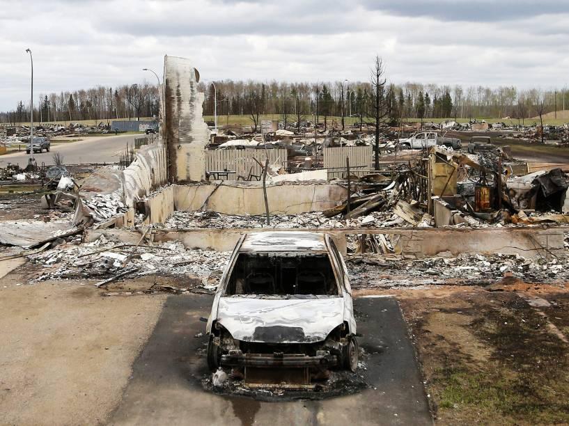 Veículo carbonizado no bairro de Beacon Hill, em Fort McMurray, no Canadá, após o grande incêndio que devastou a região nos últimos dias - 10/05/2016