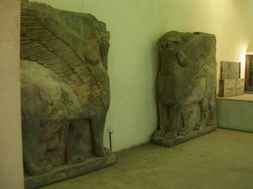 <p>Lamassus original: uma divindidade assíria de proteção, normalmente tem corpo de touro ou leão. Também há referências que a identificam como forma feminina.</p>