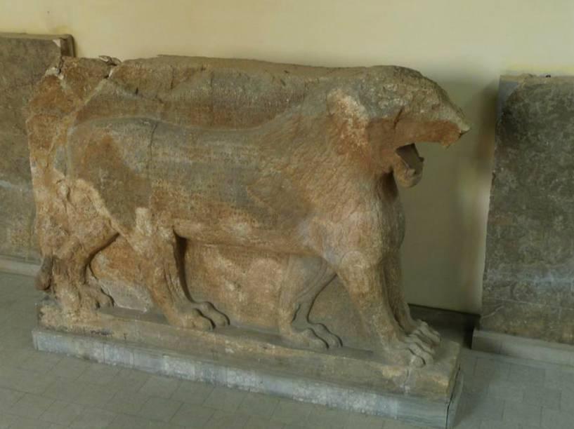 <p>Leão de Mosul original: a estátua foi destruída em fevereiro pelo ISIS.</p>
