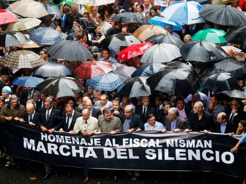 Manifestantes seguram uma bandeira durante uma marcha silenciosa para honrar investigador estado tarde Alberto Nisman em Buenos Aires - 18/02/2015