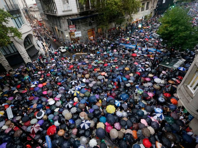 Manifestantes participam de marcha silenciosa em homenagem a Alberto Nisman em Buenos Aires - 18/02/2015
