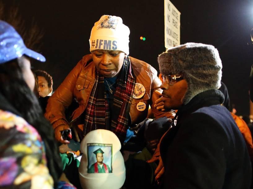 Lesley McSpadden, mãe de Michael Brown, em frente ao departamento de polícia de Ferguson após a decisão do júri de não indiciar oficial de polícia Darren Wilson, responsável pela morte de seu filho - 24/11/2014