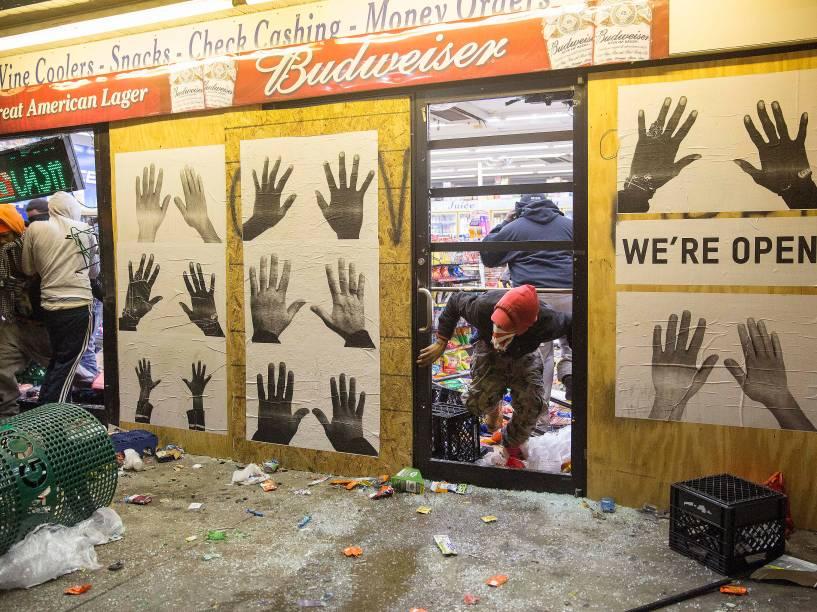 Lojas foram saqueadas durante os protestos em Ferguson, Missouri, após decisão do júri de não indiciar um policial pela morte de Michael Brown, um jovem negro desarmado - 24/11/2014