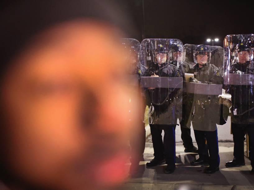 Movimentação em frente ao departamento de polícia de Ferguson momentos antes da decisão do júri de não indiciar oficial de polícia Darren Wilson, responsável pela morte de Michael Brown - 24/11/2014