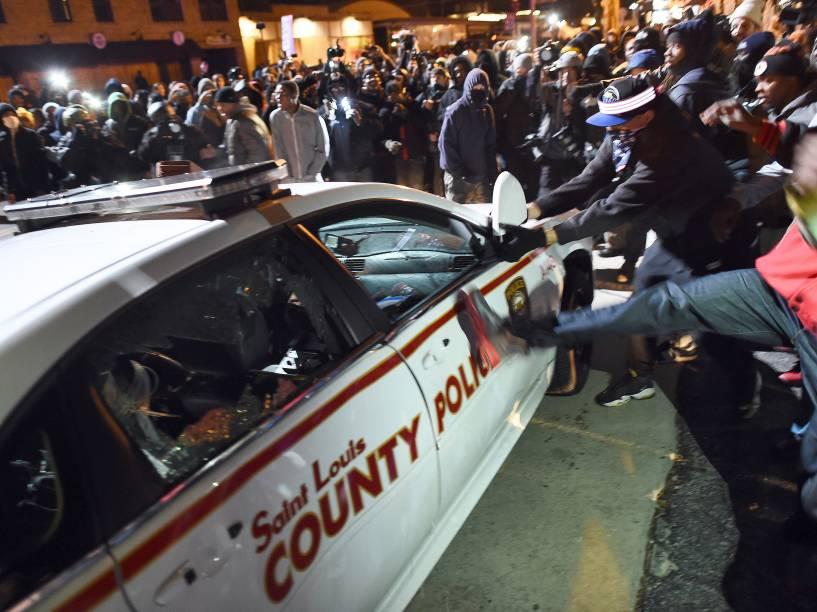 Manifestantes destruíram um carro da polícia após a decisão do júri de não indiciar oficial de polícia Darren Wilson, responsável pela morte de Michael Brown - 24/11/2014