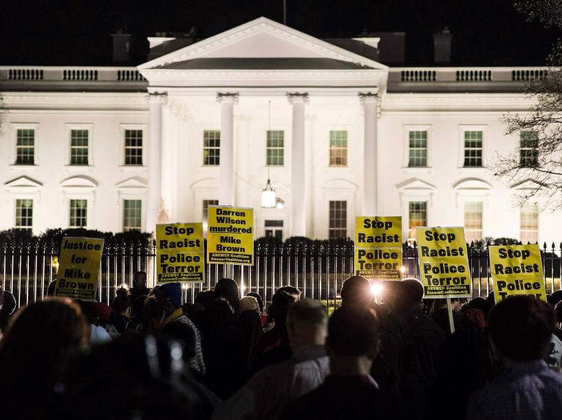 Em Washington, houve protesto em frente à Casa Branca contra a decisão do júri de não indiciar o policial responsável pela morte do jovem negro desarmado, Michael Brown - 24/11/2014