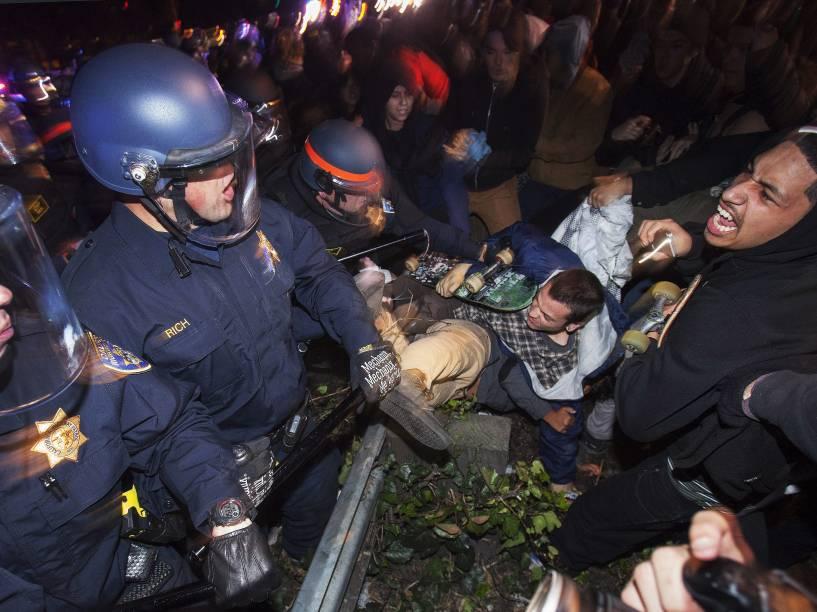 Em Oakland, na Califórnia manifestantes entraram em confronto com a polícia após decisão de júri de não indiciar o policial Darren Wilson, responsável pelos disparos contra o jovem negro que estava desarmado - 24/11/2014
