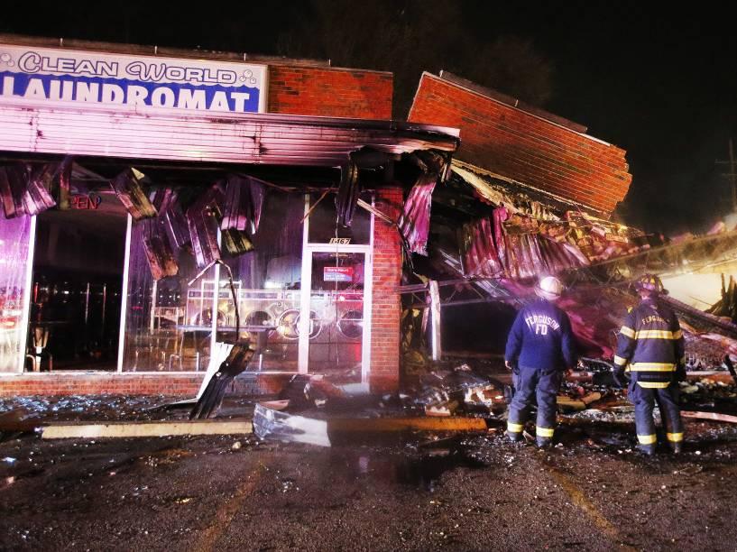 Lojas foram saqueadas e edifícios foram incendiados durante os protestos em Ferguson, Missouri, após decisão do júri de não indiciar um policial pela morte de Michael Brown, um jovem negro desarmado - 24/11/2014