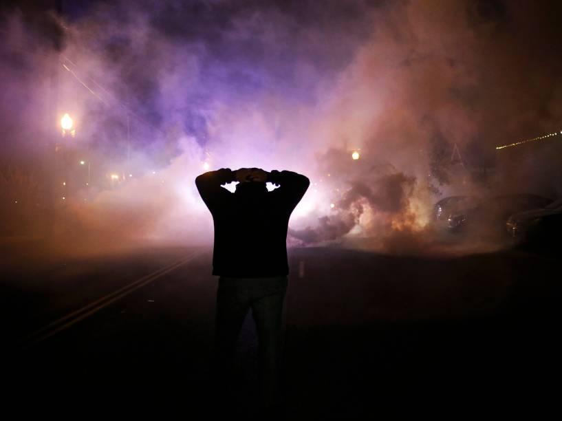 Manifestantes entraram em confronto com a polícia em Ferguson, Missouri, após decisão do júri de não indiciar um policial pela morte de Michael Brown, um jovem negro desarmado - 24/11/2014