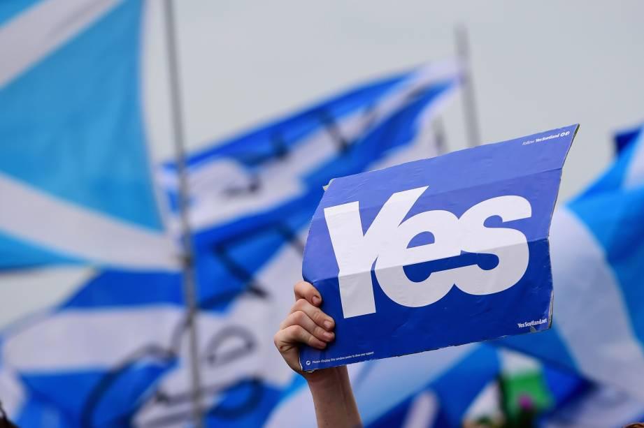 Ativistas pró-independência marcham pelas ruas de Glasgow, na Escócia, até a sede da BBC Scotland, onde fizeram um protesto - 14/09/2014