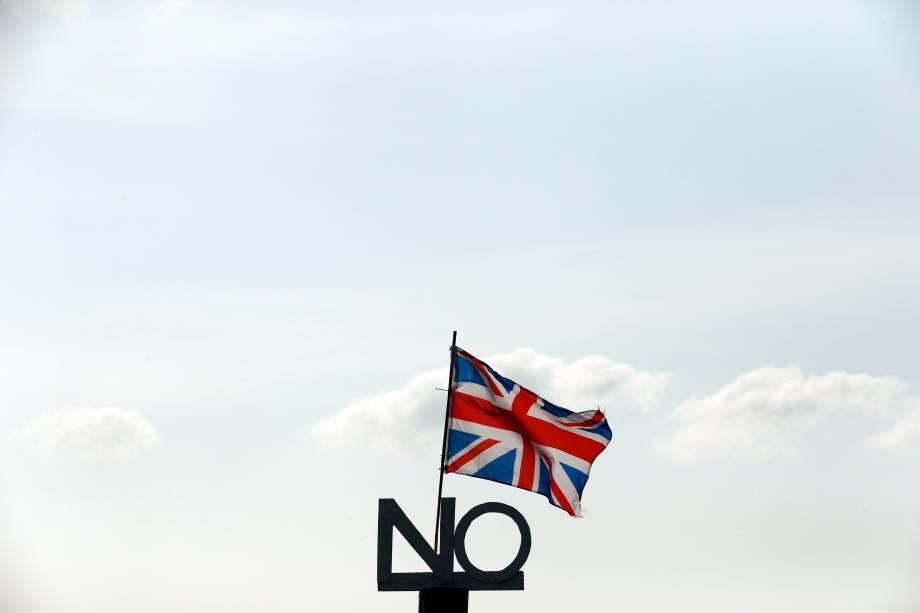 Placa comcampanha contra a independência é vista junto a uma bandeira da União emIsle of North Uist, na Escócia - 15/09/2014
