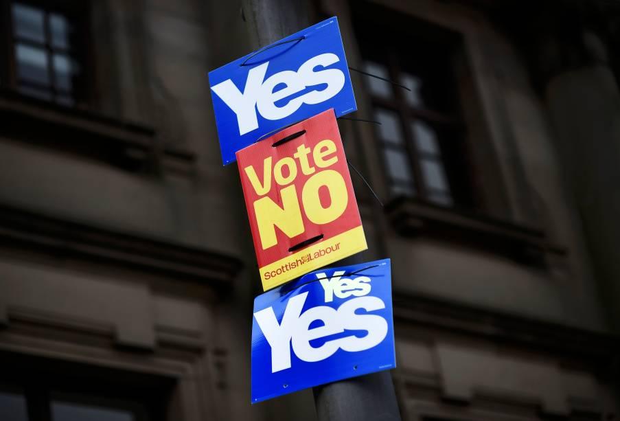 Posters a favor e contra a independência da Escócia grudadas em um poste na cidade de Clydebank, Escócia - 16/09/2014