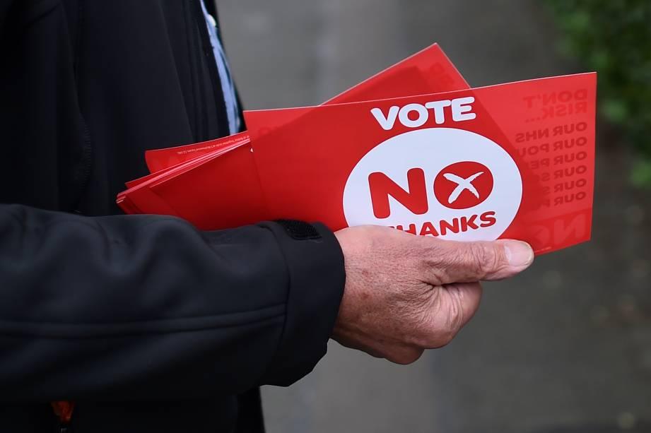 Homem contra a independência segura cartões escritoNÃO em Edimburgo, na Escócia - 17/09/2014
