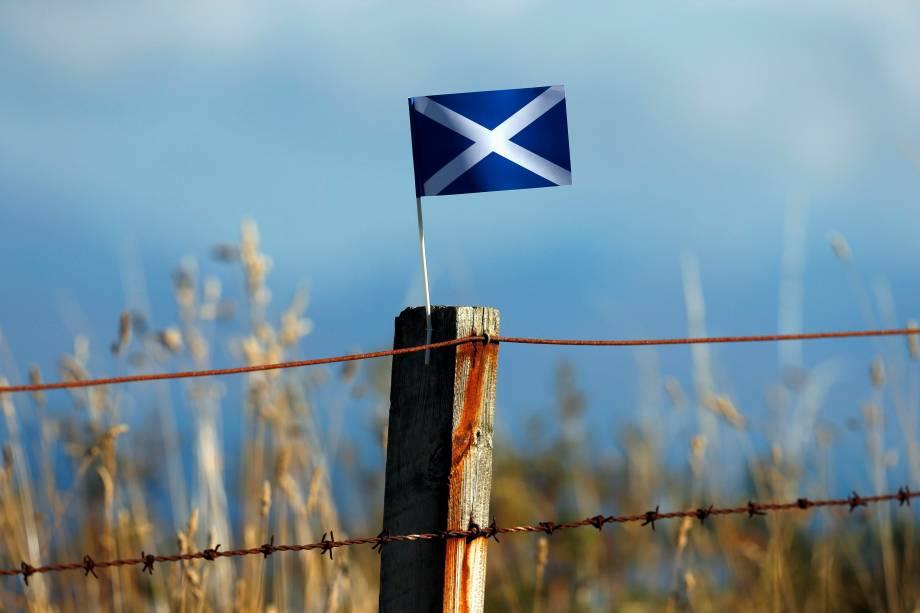 Bandeira escocesa presa em uma cerca próxima a cidade de Portree, na Escócia - 17/09/2014
